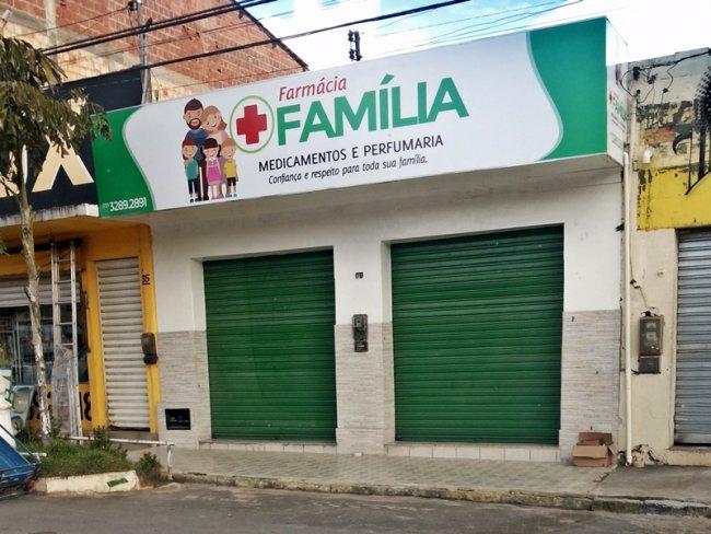 Farmácia fica localizada no centro de Itagimirim, em frente à praça principal da cidade. (Foto: Rastro101)