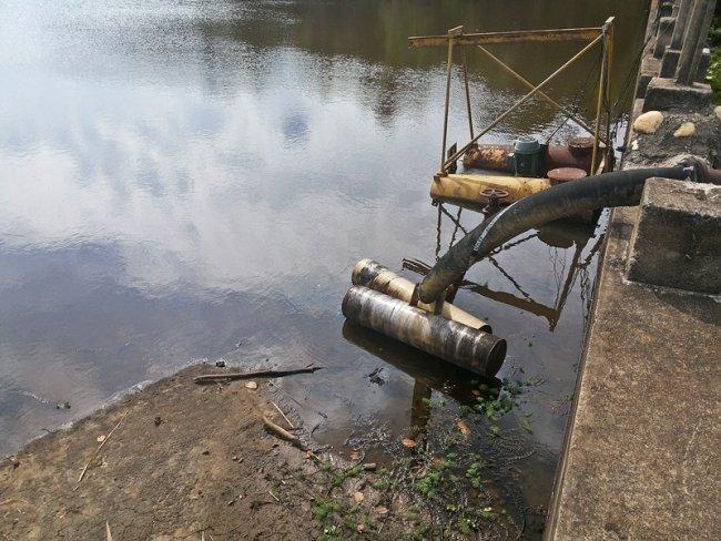 Adutora de captação de água está com vazamento. (Foto: Rastro101)