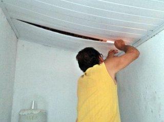 Bandidos subiram no telhado e afastaram o forro de pvc. (Rastro101)