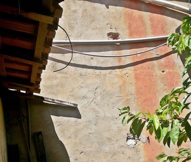 Bandidos entraram pelo quintal e subiram no telhado. (Foto: Rastro101)