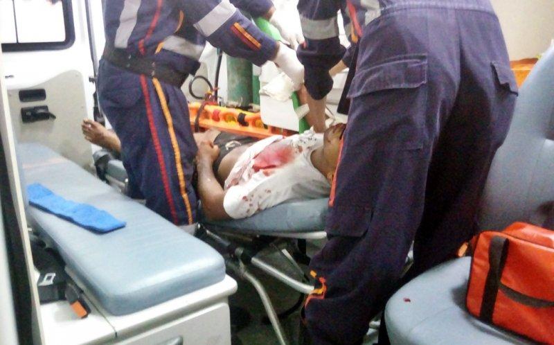 Thiago foi atingido por tiros e atendido pelo SAMU, depois  encaminhado ao hospital de Itagimirim. (Foto: Rastro101)