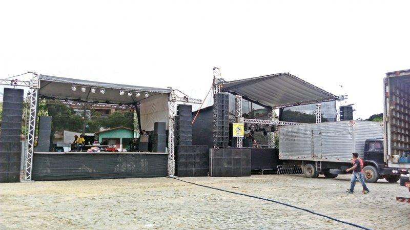 Foram montados dois palcos com grande estrutura de som e iluminação. (Foto: Rastro101)