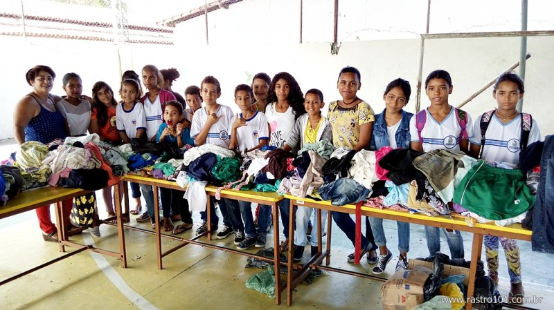 Professora e alunos ajudam na arrecadação das roupas usadas (Rastro101)