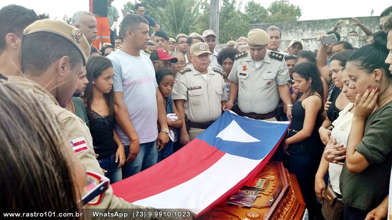 Caixão foi coberto com a Bandeira da Bahia (Rastro101)