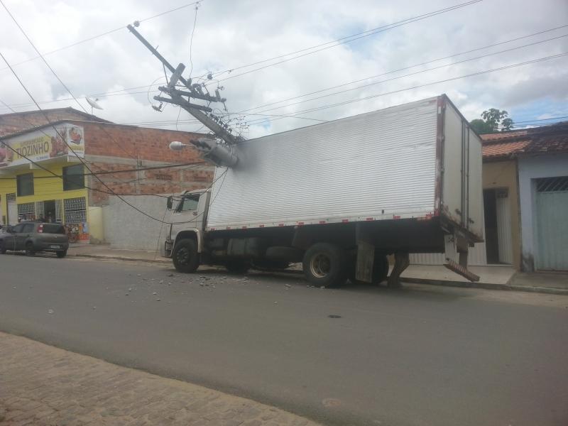 Caminhão atingiu poste na Avenida 13 de Maio. (Foto: Maxsuel Silva/Rastro101)