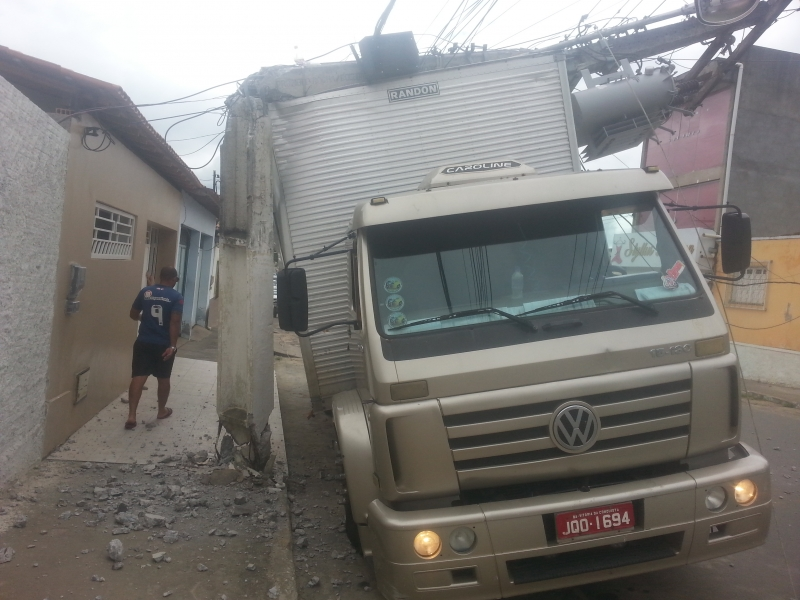 Motorista não ficou ferido. (Foto: Maxsuel Silva/Rastro101)