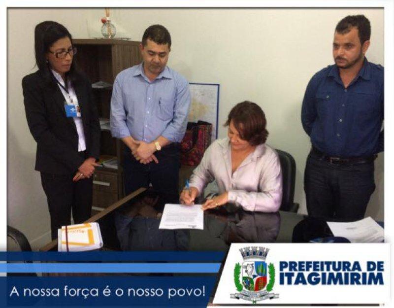 Prefeita assina termo que adere o município ao projeto REGIN. (Divulgação)