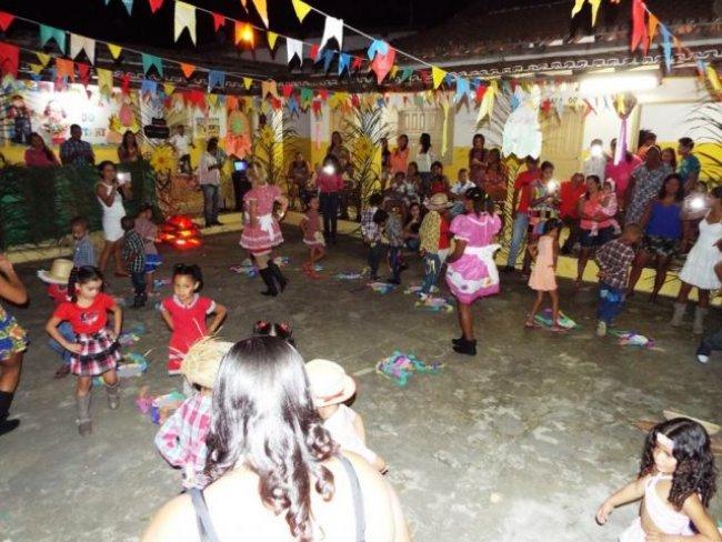 Quadrilha junina for]i realizada pela Escola Jutahy Junior em União Baiana. (Foto: Adson Oliveira/Rastro101)