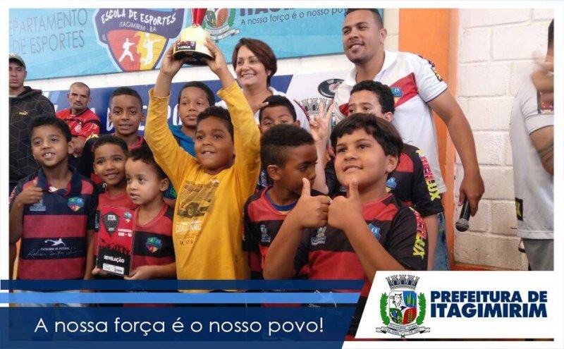 Centenas de crianças fazem parte da Escolinha de Futebol