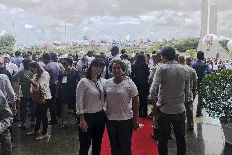 """A prefeita Devanir Brillantino está participando em Salvador, do movimento """"Pró Município"""", uma grande marcha que saiu da UPB às 08:00 até a Assembleia Legislativa da Bahia. (ASC0M)"""