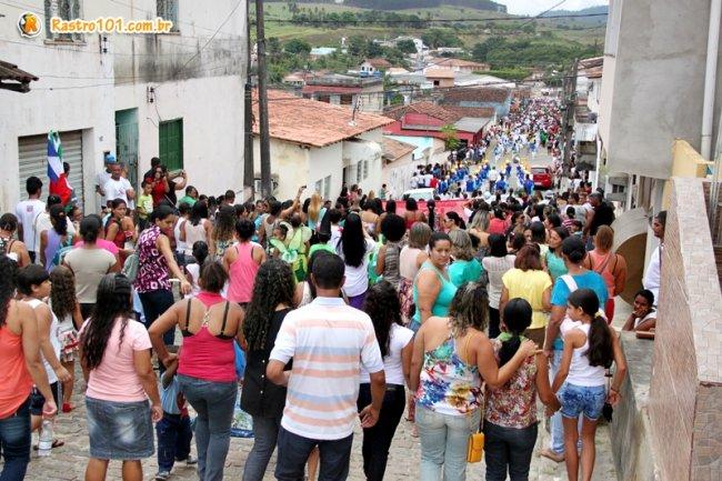 Desfile percorreu as principais ruas de Itagimirim. (Foto: Rastro101)