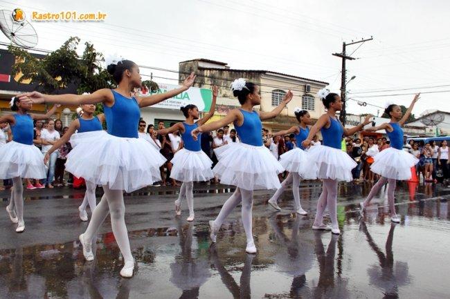 Após o desfile, várias apresentações culturais foram realizadas na Praça Castro Alves, reunindo centenas de pessoas mesmo com uma chuva que caiu. (Foto: Rastro101)