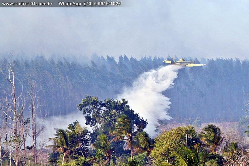 Até um avião foi utilizado no combate ao incêndio (Rastro101)