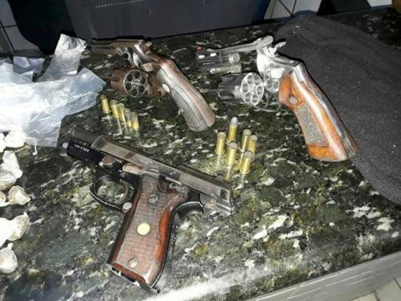 Várias armas foram apreendidas na ação. (Imagem: Polícia Militar)
