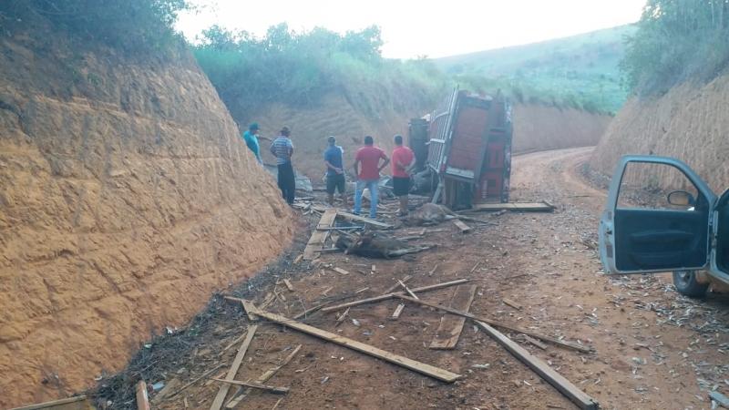 Acidente aconteceu em estrada rural na cidade de Eunápolis. (Imagem: Reprodução/WhatsApp)