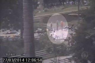 Morador de rua procura GCM (Guarda Civil Metropolitana) após achar cabeça em saco de lixo na praça da Sé, região central de SP (foto : reprodução/rede record)