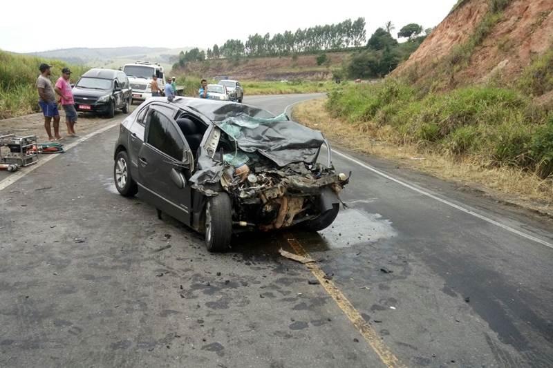 Motorista do carro ficou preso nas ferragens e veio a óbito. (Foto do site SulBahia News)