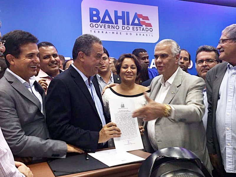 Prefeita Devanir Brillantino compareceu à solenidade e assinou o convênio com o deputado federal José Carlos Araújo e o governador Rui Costa. (ASCOM)