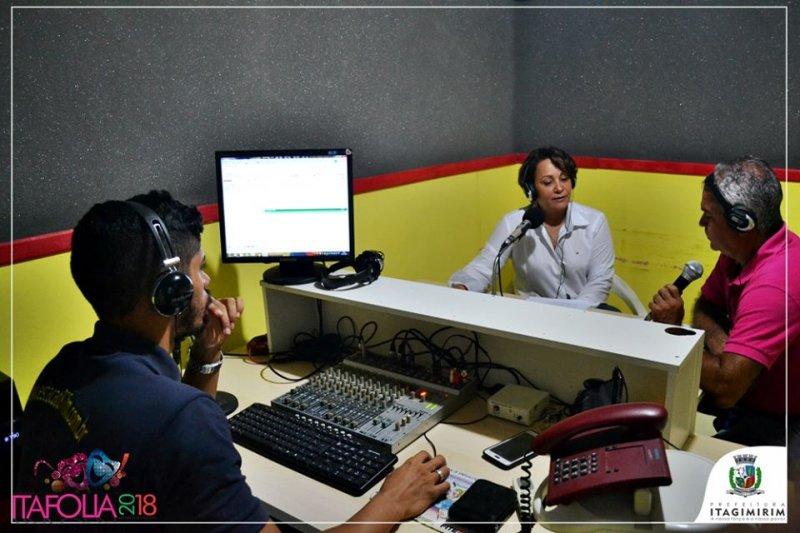 Prefeita Devanir Brillantino fez o lançamento da programação oficial do ITAFOLIA 2018 nos estúdios da Rádio Estação FM em Itagimirim Ba (ASCOM)