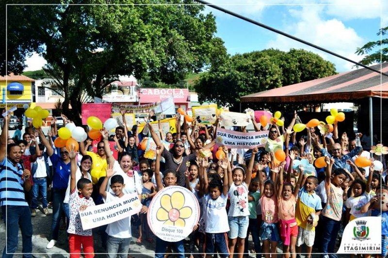 Centenas de crianças participaram com apitos e faixas (Foto: Ezequias Coelho / Ascom)