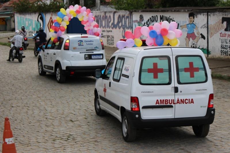 Ambulância e automóvel foram entregues para a cidade de Itagimirim. (Imagem: ItagimirimNews)