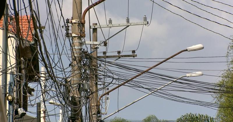 Emaranhado de cabos que pode desaparecer com a rede subterrânea. (Imagem: Reprodução)