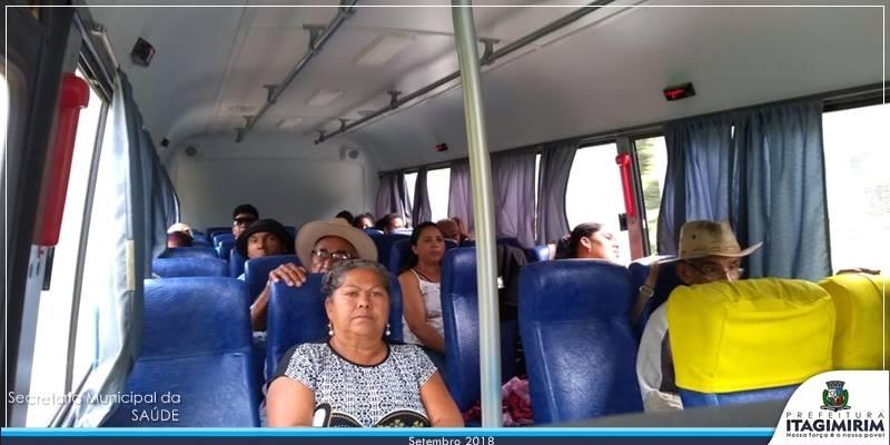 Pacientes viajam em veículo cedido pela prefeitura. (Ascom-Itagimirim)