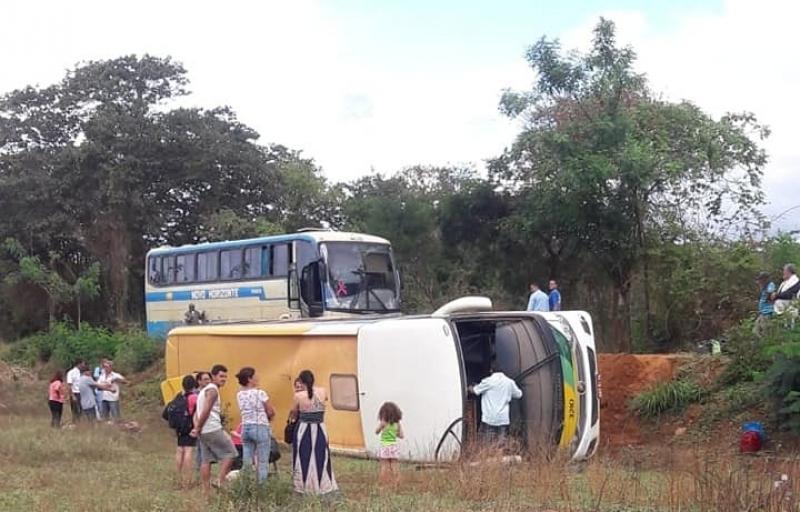Ônibus tombou em estrada do sudeste da Bahia. (Imagem: Reprodução: Sertão em Dia)