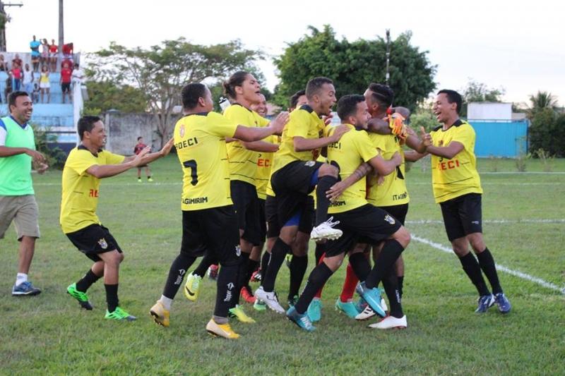Jogadores da ADECI comemorando a classificação. (Departamento de Esportes-Itagimirim)