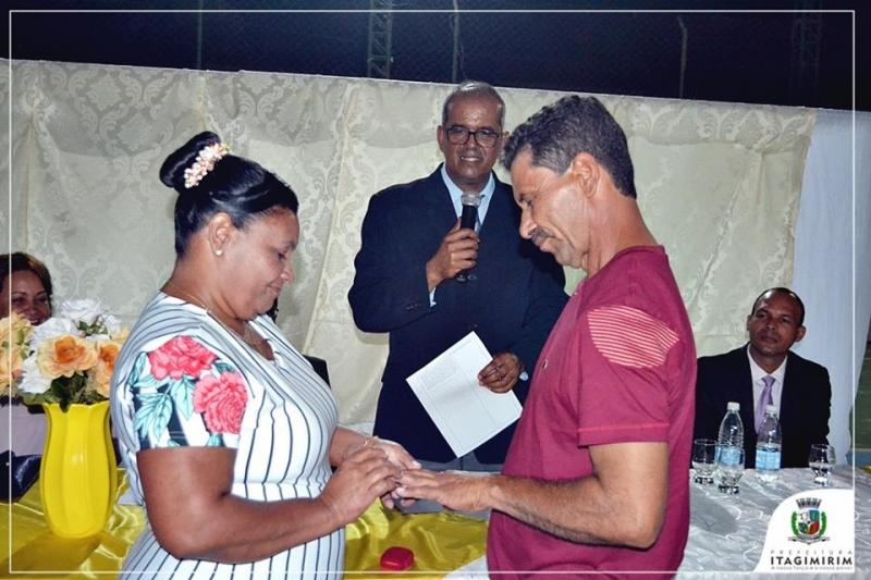 os noivos e noivas que participaram do evento ficaram isentos dos pagamentos das taxas de cartório para oficializar o matrimônio. (Ascom-Itagimirim)