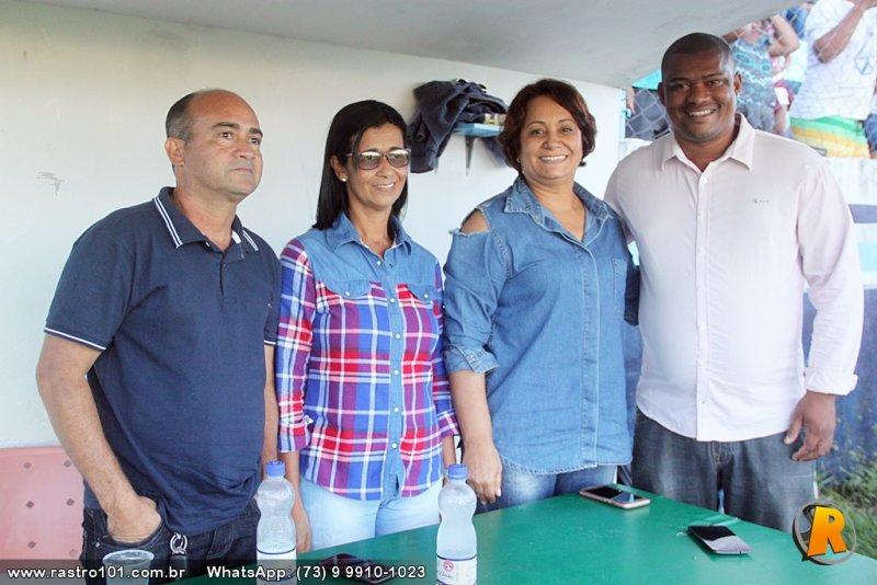 Prefeita de Itagimirim Devanir Brillantino ao lado de Luciano Santos, organizador do Campeonato, e do secretário Branco e esposa (Rastro101)