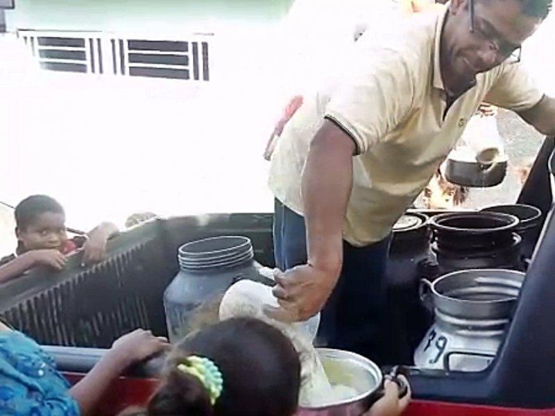 Amigos do empresário ajudam na distribuição do leite (Divulgação)