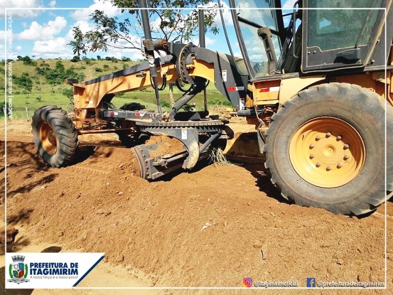 Agora estão sendo realizados reparos nas estradas que ligam as pequenas propriedades à rodovia principal. (Ascom-Itagimirim)