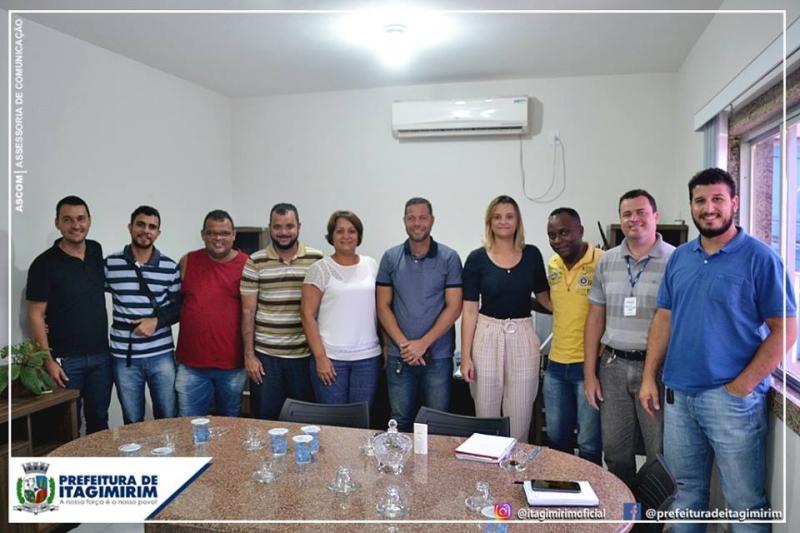 A prefeita Devanir Brillantino, secretários municipais e o Conselho Municipal do Meio Ambiente encontraram o representante da Embasa. (Ascom-Itagimirim)<br />