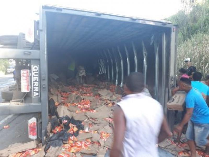 Populares saquearam toda a carga de miojo. (Ubatã Notícias)