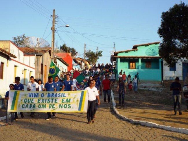 Desfile Cívico percorreu as ruas do distrito e terminou com apresentações da Fanfarra na praça principal. (Foto: Adson Oliveira/Rastro101)