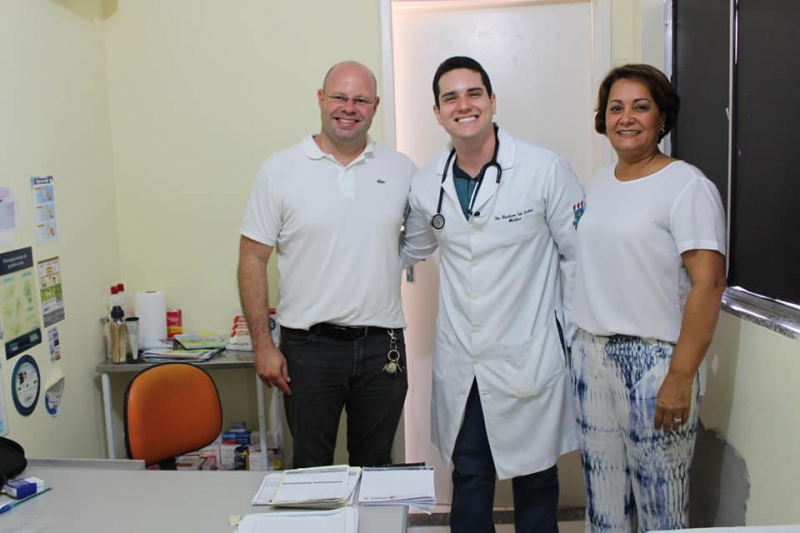 Doutor Hudson (ao centro), junto com o secretário de saúde Leopoldo Lacerda e a prefeita Devanir Brillantino. (Reprodução: Redes Sociais)
