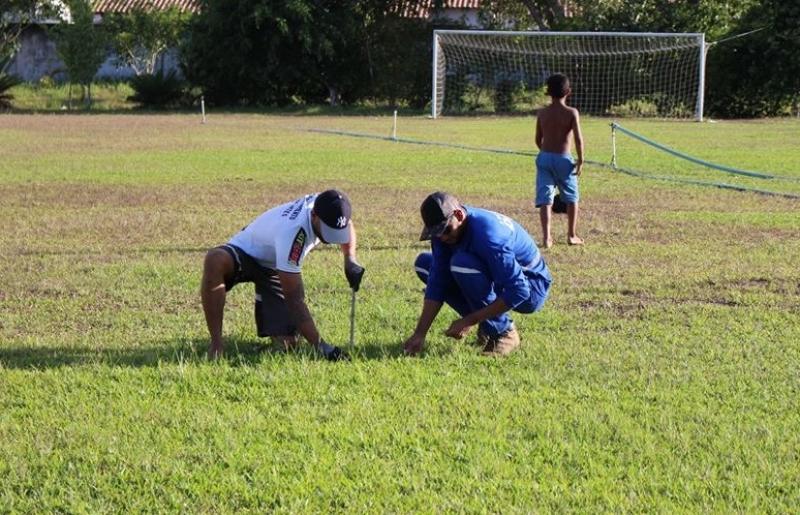 Equipe do Departamento segue trabalhando nos reparos do gramado. (Departamento de Esportes-Itagimirim)