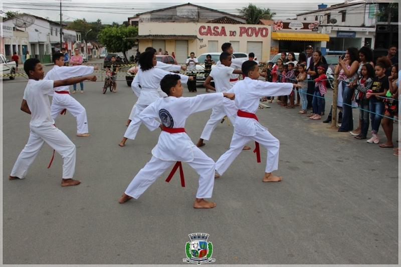 Atletas de karatê participam do ato cívico. (ASCOM-Prefeitura de Itagimirim)