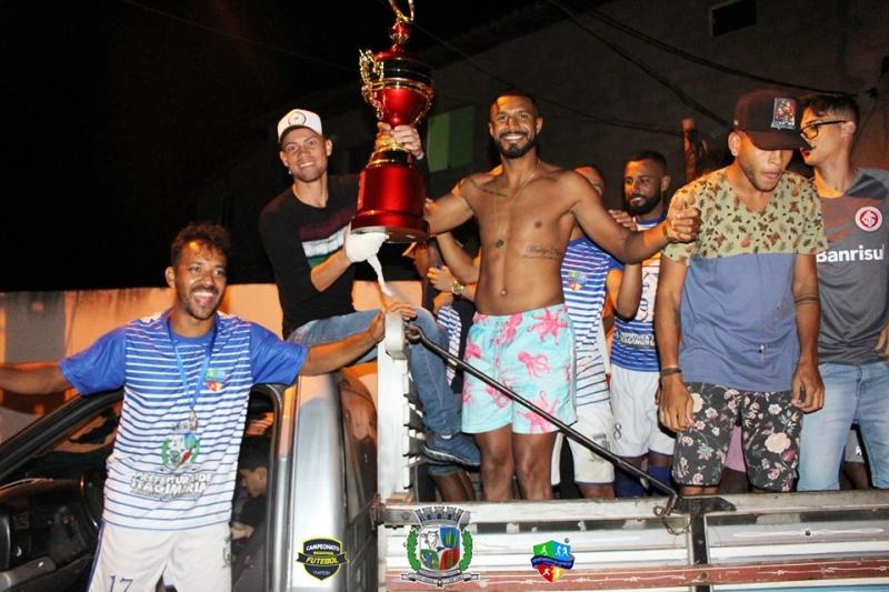 Torcida fez a festa na chegada dos campeões a Itagimirim. (ASCOM-Prefeitura de Itagimirim)