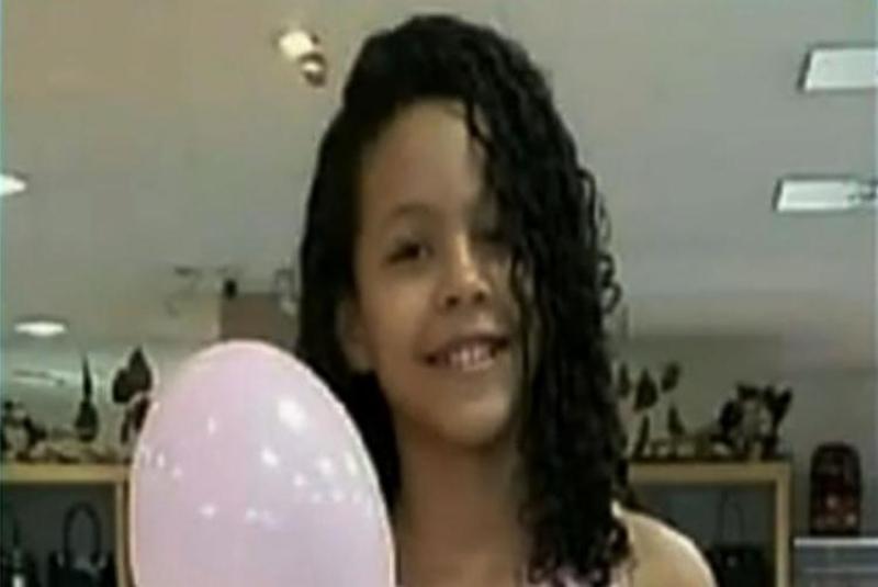 Criança foi encontrada morta com marcas de estrangulamento. (Imagem: Reprodução)