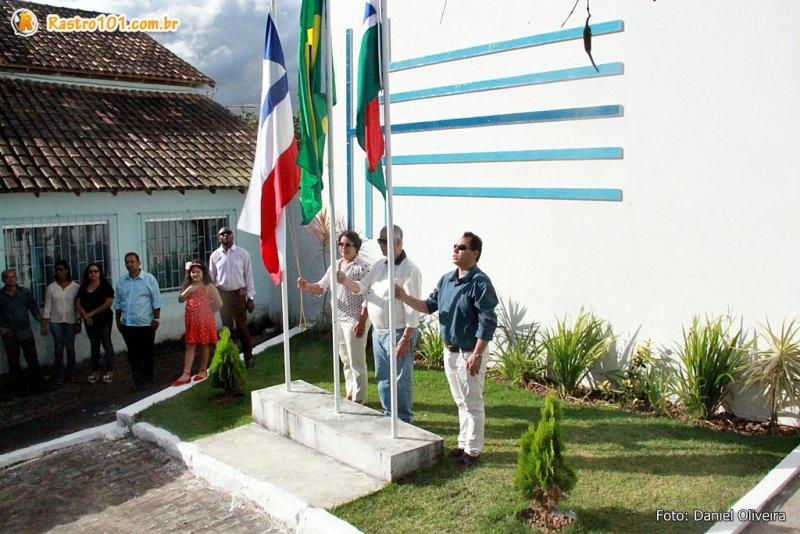 Hasteamento das Bandeiras em frente à Prefeitura Municipal de Itagimirim. (Daniel Oliveira)