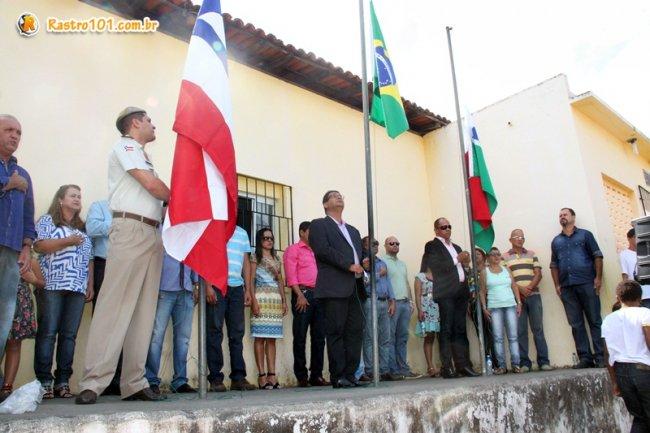 O evento teve início com hasteamento das Bandeiras no prédio da Prefeitura Municipal e seguiu para o Colégio Othoniel Ferreira. (Foto: Rastro101)