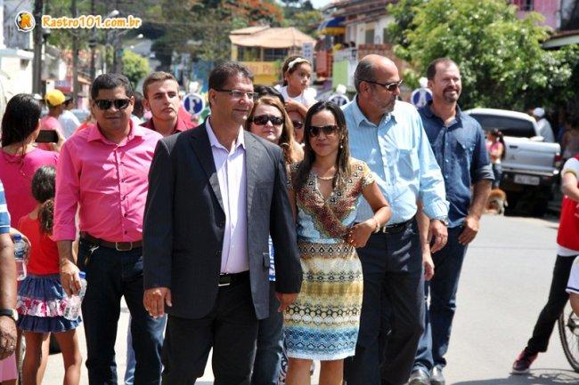 O prefeito, a primeira-dama Srª Ercília Andrade e toda a equipe de governo, percorreram todo o percurso do desfile e ainda permaneceram na Praça Castro Alves onde presenciaram todas as apresentações culturais. (Foto: Rastro101)