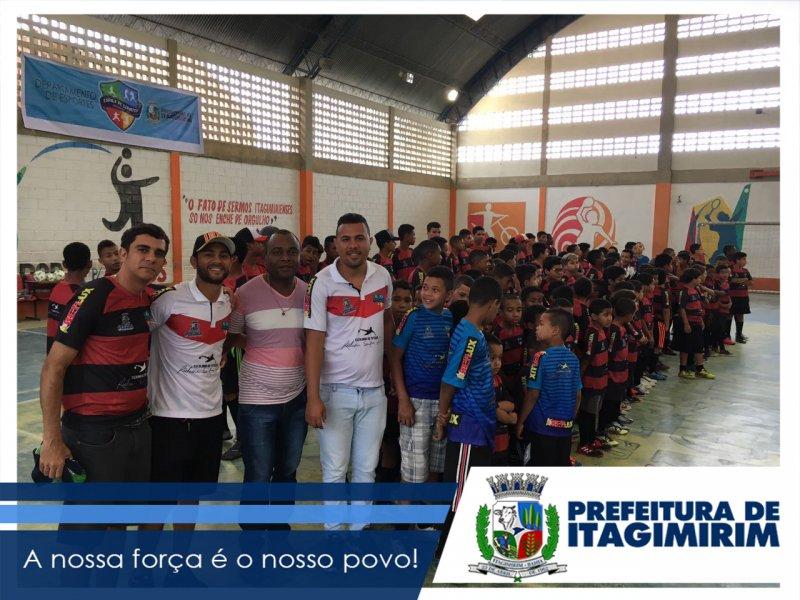 A abertura da Copa foi um momento de muita emoção para a garotada que faz parte da Escola de Esportes de Itagimirim.