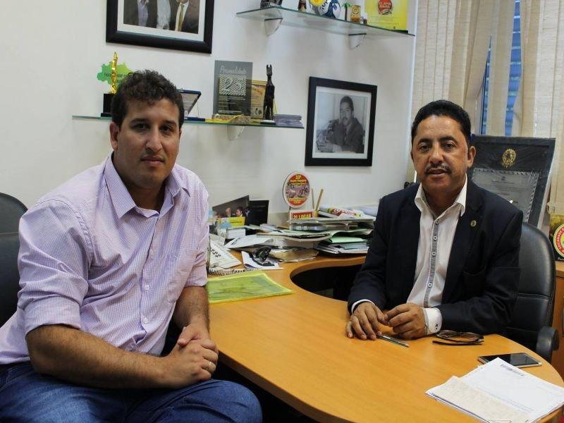 Secretário de agricultura Thiago Mota e deputado estadual Roberto Carlos. (Divulgação