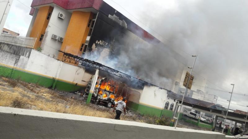Trailer entre os hospitais foi onde o incêndio teve início. (Reprodução: Redes sociais)