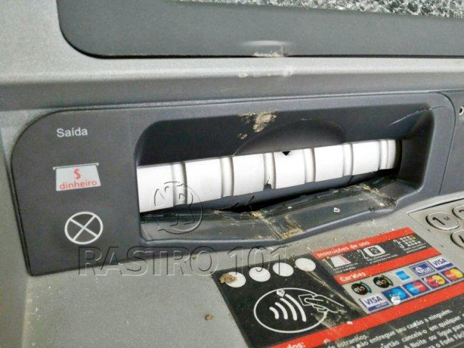 Suspeitos tentaram arrombar caixa com uma barra de ferro. (Foto: Rastro101)