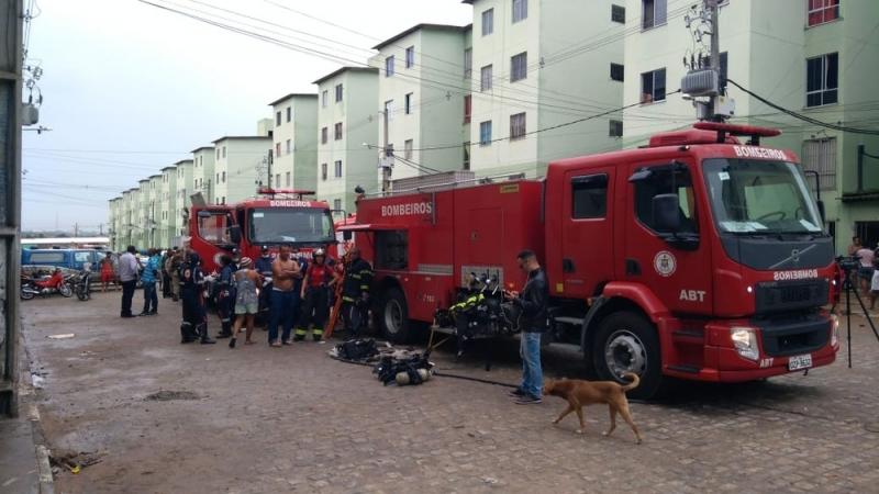 Incêndio ocorreu em um dos edifícios de um condomínio em Feira de Santana. (Foto: Bombeiros Militares)<br /> <br />