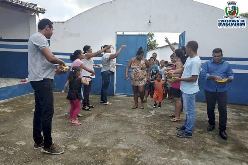Pais e alunos sendo recepcionados na chegada à escola (ASCOM)